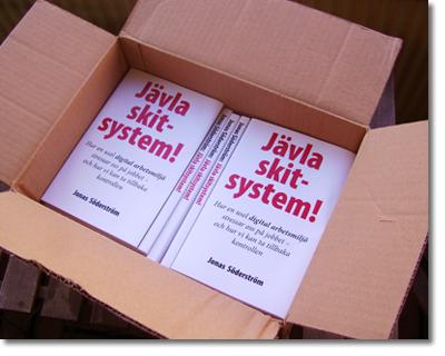 unboxing - öppning av en låda med böcker