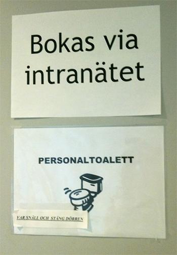 Skylt med texten 'Personaltoalett - bokas via intranätet'
