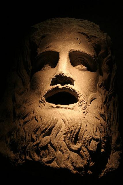 Romersk staty med frustrerat, skrikande ansikte