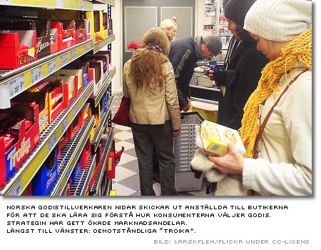 konsumenter framför godishyllan i en en norsk butik