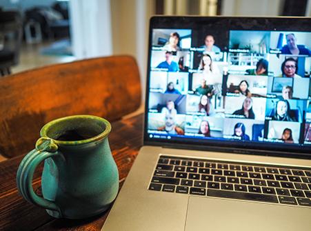 zoom-möte på bildskärm i hemmiljö